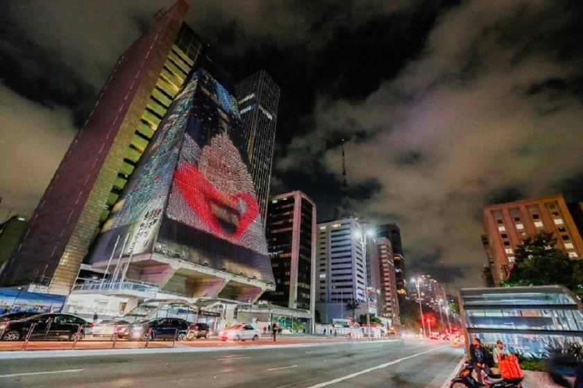 Projeto itinerante une artes visuais e música com 200 obras vindas de 40 países em painéis digitais e estáticos da cidade, estações do Metrô e, agora, para a fachada da Fiesp. Produção artística foi realizada durante a pandemia