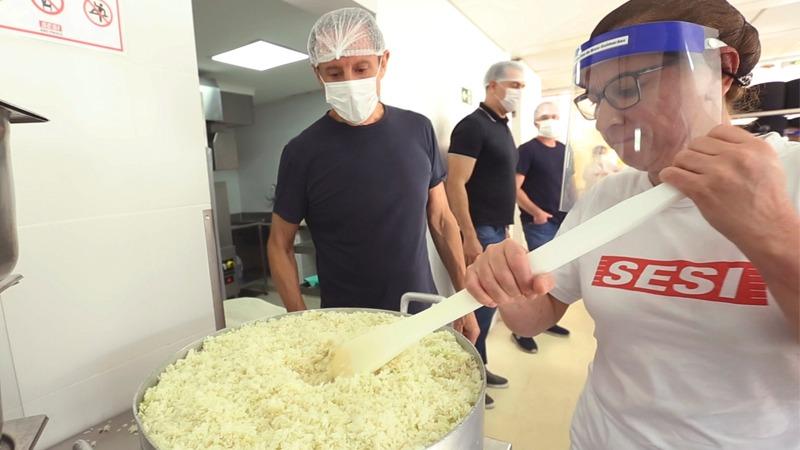 Até o fim de maio serão servidas 230 mil refeições por dia. Ação cidadã envolve equipe de 963 profissionais do Sesi-SP em todo o estado de São Paulo