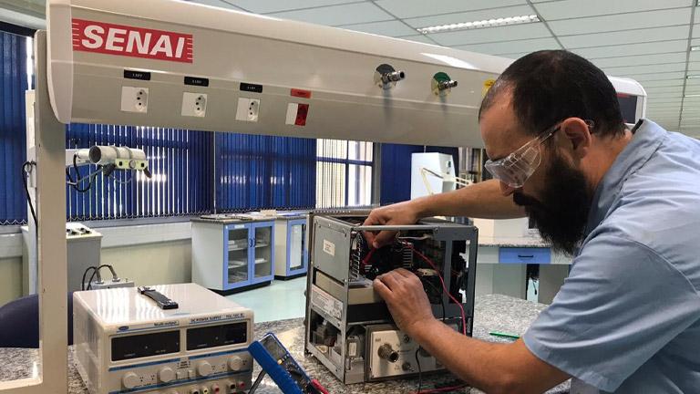 Na unidade do Brás, a produção de máscaras hospitalares segue em ritmo acelerado