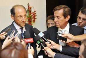 Paulo Skaf (à esq.) e o embaixador argentino Luis Maria Kreckler falam à imprensa após encontro na Fiesp. Foto: Junior Ruiz