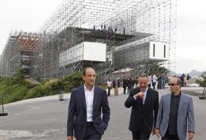 Os presidentes Paulo Skaf (Fiesp), Eduardo Eugênio Gouvêa Vieira (Firjan) e José Roberto Marinho (Fundação Roberto Marinho), diante do espaço Humanidade 2012