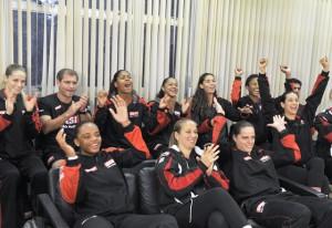 Time feminino de vôlei do Sesi-SP torce pela seleção brasileira em Londres