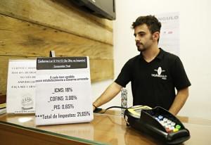 Loja exibe, no caixa, percentuais de impostos pagos pelos produtos. Foto: Julia Moraes/Fiesp
