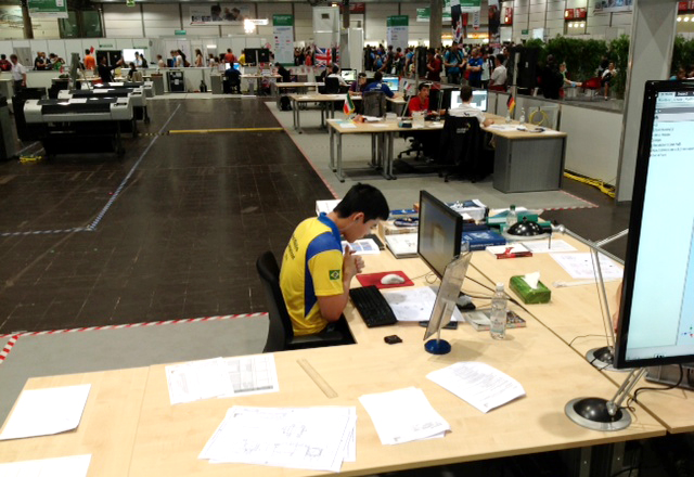 O aluno do Senai-SP Paulo Kazue Inoue  em prova da categoria projeto assistido por computador. Foto: Pedro de Faria/Senai-SP
