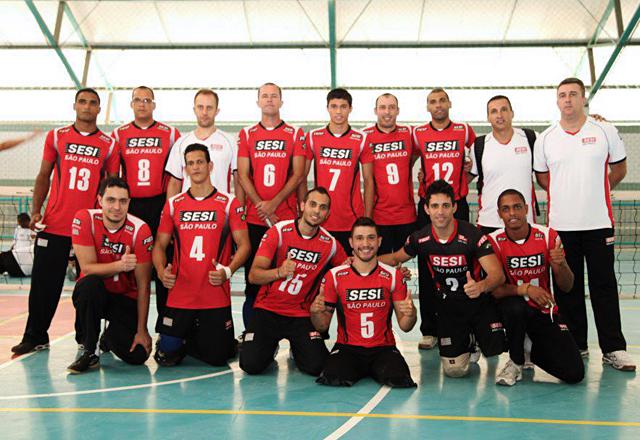 Fabrício (camisa número 7) e equipe do vôlei sentado. Foto: Arquivo Pessoal