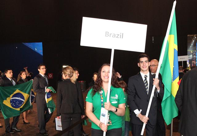 A delegação brasileira desfila na abertura do WorldSkills 2013: muita animação. Foto: Divulgação