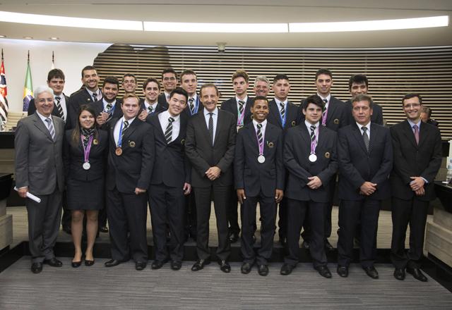 Skaf e os alunos do Senai-SP que participaram do WorldSkills na Alemanha: tecnologia, inovação e educação. Foto: Julia Moraes/Fiesp