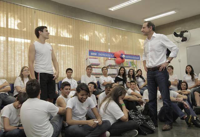 Skaf e os alunos da escola do Sesi-SP que agora homenageia Arruda Botelho em São Carlos. Foto: Julia Moraes/Fiesp