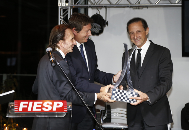 Skaf, à direita, recebe réplica de troféu de Fittipaldi e Neveu. Foto: Everton Amaro/Fiesp