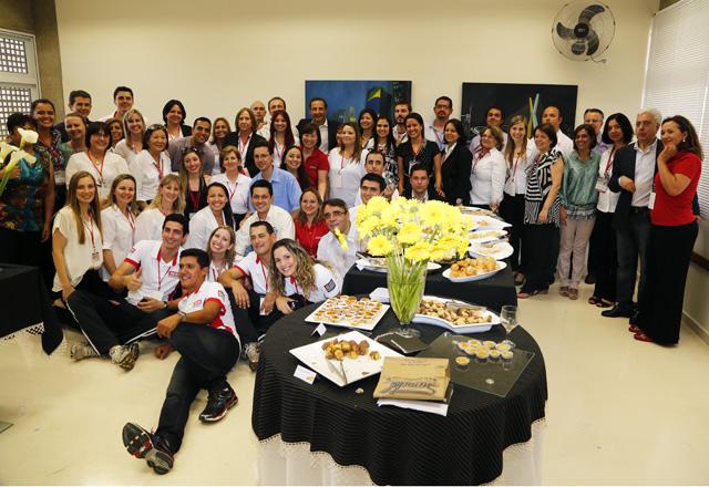 Paulo Skaf e a equipe de profissionais do Sesi-SP em Presidente Prudente: clima de cooperação e estímulo. Foto: Ayrton Vignola/Fiesp