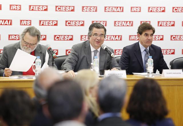A reunião do Cosag  foi conduzida pelo presidente do Cosag, João de Almeida Sampaio Filho, ao centro. Foto: Everton Amaro/Fiesp