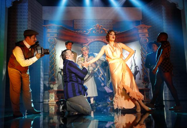 """Cena de """"A Madrinha Embriagada"""": peças leves e femininas, que lembram lingerie. Foto: Everton Amaro/Fiesp"""