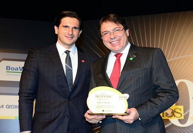 Wilson Ferreira (á direita), presidente da CFPL, recebe prêmio. Foto: Cleiby Trevisan