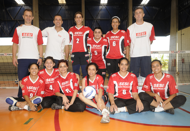 Janaína (ao centro, com a camisa número dois): superação e novo caminho no vôlei. Foto: Arquivo Pessoal