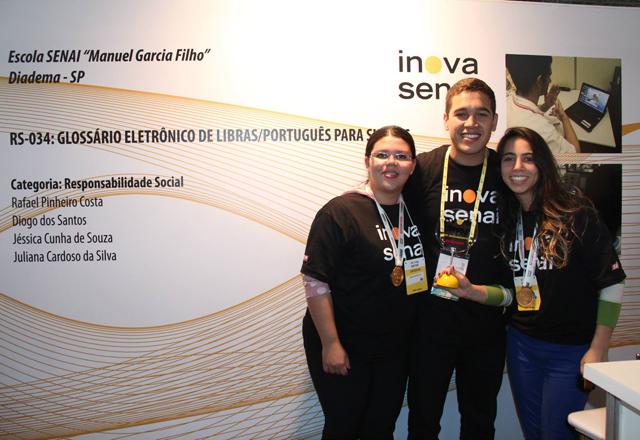 Da esquerda para a direita: Juliana Cardoso, Rafael Costa e Jessica Cunha, da equipe do Glossário. Foto: Arquivo Pessoal