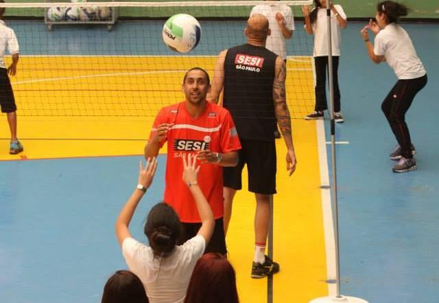 Serginho joga vôlei com alunos do Sesi-SP de Mauá em atividade do Grande Sacada. Foto Sesi-SP Mauá