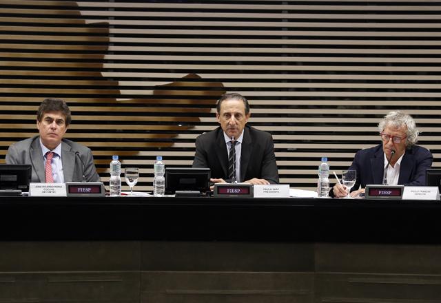 Skaf, ao centro, com Roriz Coelho, à esquerda, e Francini: perspectivas para 2014. Foto: Tâmna Waqued/Fiesp