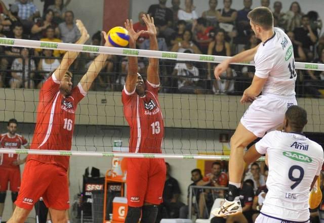 Lucão e Manius tentam bloquear Éder, do Sada/Cruzeiro. Foto: Lucas Dantas/Fiesp