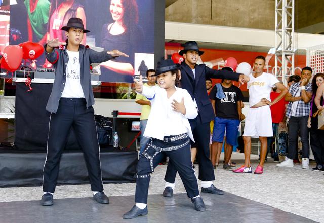 O trio de covers de Michael Jackson: sucesso na frente do prédio da Fiesp. Foto: Tâmna Waqued/Fiesp