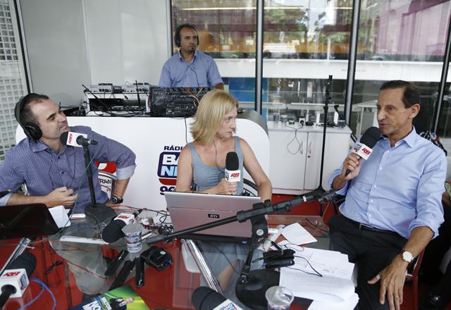 """Skaf durante a entrevista à Rádio Bandeirantes: . """"A condição precária dos nossos meios de transporte maltrata os paulistanos"""". Foto: Tâmna Waqued/Fiesp"""