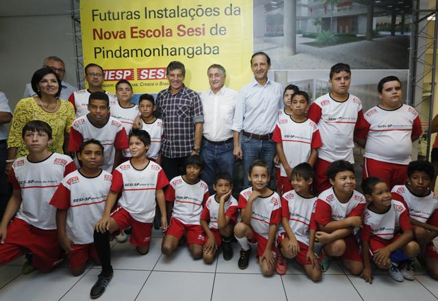 Skaf, à direita, autoridades e crianças participantes do Programa Atleta do Futuro. Foto: Ayrton Vignola/Fiesp