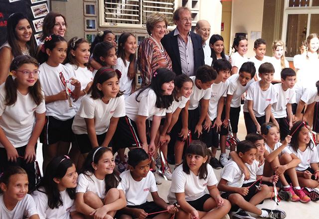 Ésper e os alunos do Sesi-SP em Santa Rita do Passa Quatro: homenagem. Foto: Ayrton Vignola/Fiesp