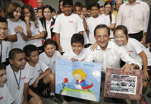 """Skaf e os alunos da escola do Sesi-SP de Mauá: """"Acredito que a educação pode transformar nossa sociedade"""". Foto: Everton Amaro/Fiesp"""