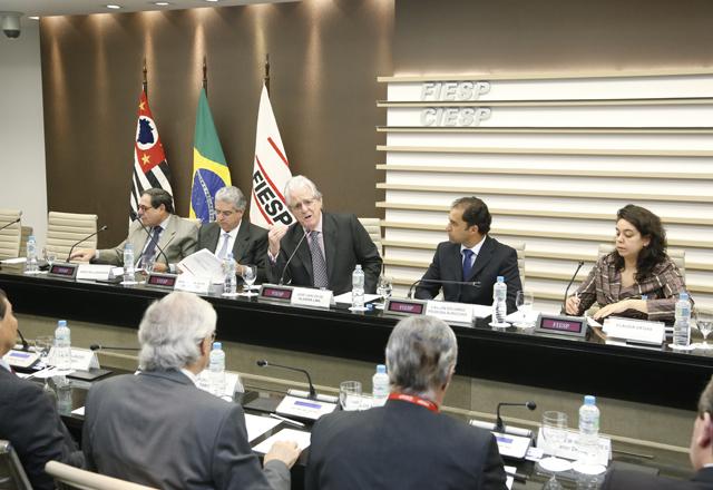 Lima, ao centro, na reunião do Consic: mão de obra pouco qualifica e problemas de infraestrutura. Foto: Tâmna Waqued/Fiesp