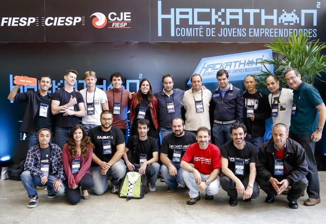 Gomide, ao centro, de azul, acompanhado dos vencedores das três equipes campeãs do Hackaton: 200 participantes na maratona de desenvolvimento de aplicativos. Foto: Tâmna Waqued/Fiesp