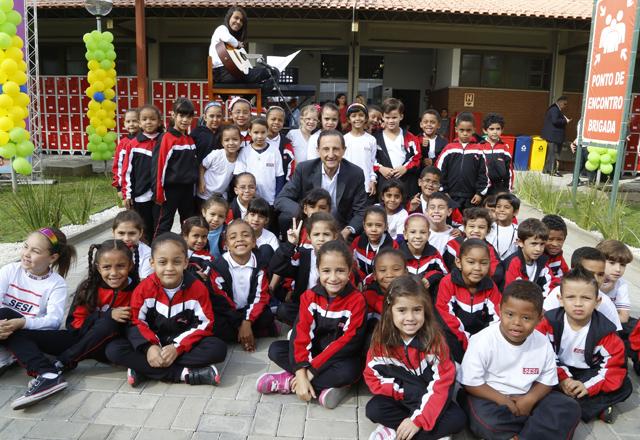 Skaf com os alunos do Sesi-SP em Diadema: 18 salas de aula reformadas. Foto: Tâmna Waqued/Fiesp