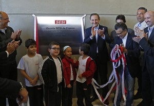 Skaf com alunos e autoridades na inauguração da escola do Sesi-SP em Franca. Foto: Ayrton Vignola/Fiesp