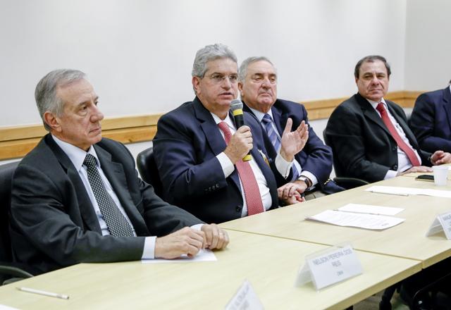 Rossitto, ao microfone, e Reis, à esquerda: ações para dar maior disciplina ao setor. Foto: Tâmna Waqued/Fiesp