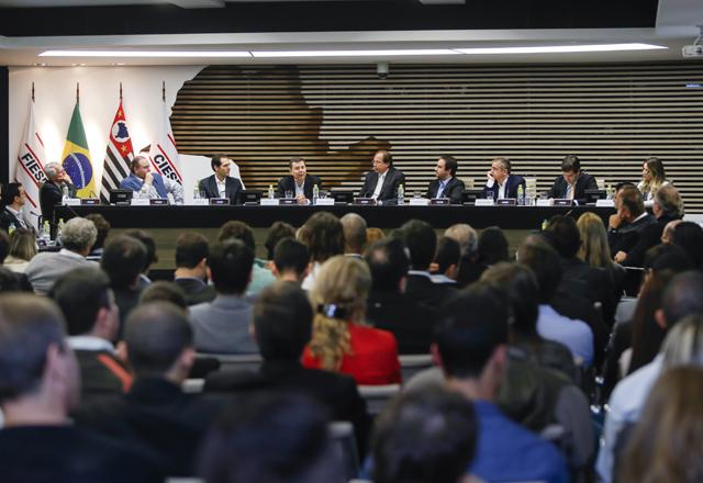 Em noite de plateia lotada, a reunião do CJE discutiu a democratização da informação. Foto: Tâmna Waqued/Fiesp