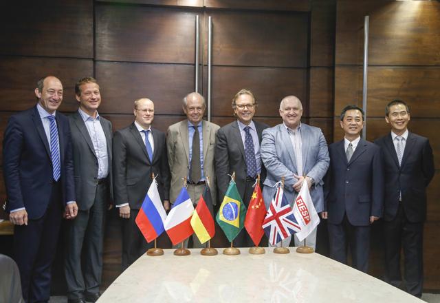 Os representantes do C6 com Zanotto (ao centro): superação de desafios econômicos e sociais. Foto: Tâmna Waqued/Fiesp