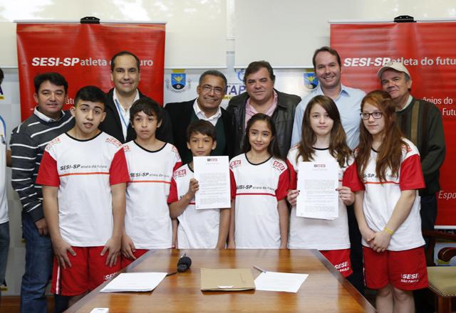"""Pflug (o segundo da direita para a esquerda) e autoridades em Itapeva: """"O jovem precisa de educação e o esporte traz essa possibilidade"""". Foto: Ayrton Vignola/Fiesp"""