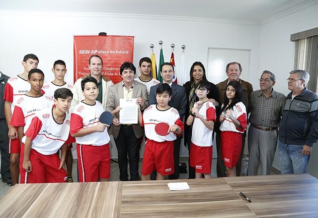 Pflug, mais à esquerda, e Taino Júnior, ao centro, com autoridades e participantes do PAF: suporte às famílias. Foto: Everton Amaro/Fiesp