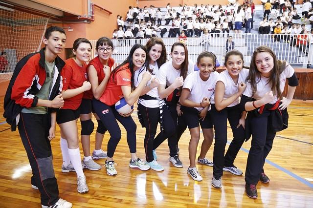 """Michelle, ao centro, com alunos do Sesi-SP: """"O Sesi-SP fez história no vôlei nacional"""". Foto: Divulgação"""