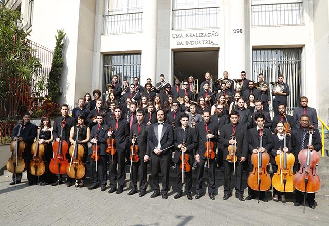 Os músicos da Orquestra Filarmônica Senai-SP com o maestro Thomaz Ferreira Martins: envolvimento e orgulho. Foto: Everton Amaro/Fiesp