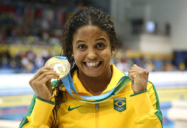 Etiene Medeiros com a medalha de ouro dos 100m costas. Foto: Satiro Sodré/SSPress - CBDA Divulgação