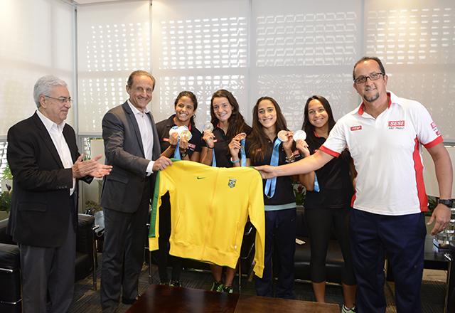 Paulo Skaf com Etiene, Bruna, Dayana, Jéssica e o técnico Fernando Vanzella, na volta do Pan. Foto: Helcio Nagamine/Fiesp
