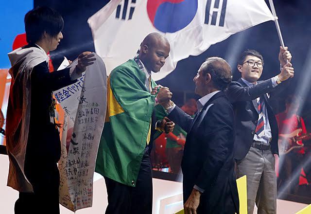 Paulo Skaf cumprimenta Mailson Valério de Oliveira, prata no torneio. Foto: Ayrton Vignola/Fiesp