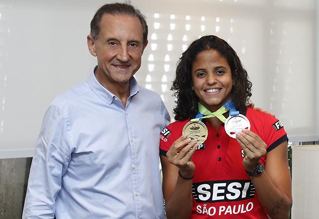 Etiene Medeiros, com Paulo Skaf, mostra suas medalhas do Mundial de Windsor. Foto: Ayrton Vignola/Fiesp