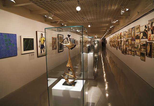 Esculturas e quadros dos mais variados artistas na exposição. Foto: Everton Amaro/Fiesp