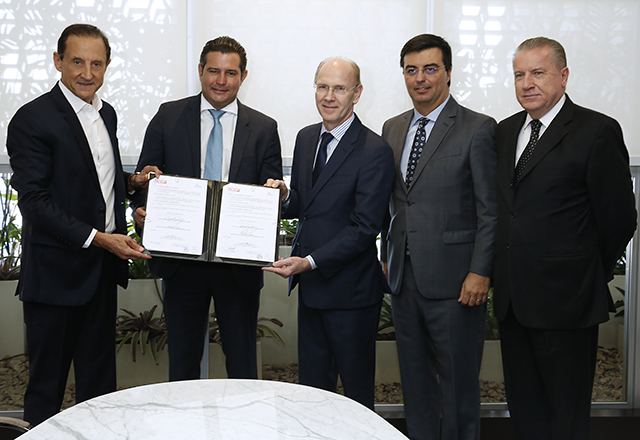 Skaf, o ministro Maurício Quintella Lessa e Adalberto Torkaski com o termo de cooperação entre Antaq e Ciesp. Foto: Ayrton Vignola/Fiesp