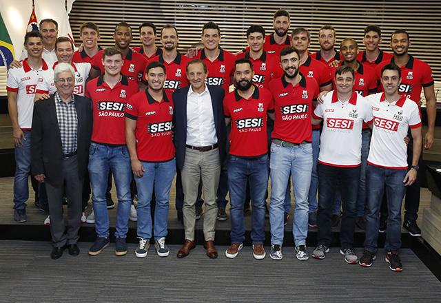 Paulo Skaf com o time masculino de vôlei do Sesi-SP. Foto: Ayrton Vignola/FIesp